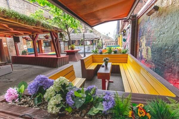 Cargo outdoor space London pub